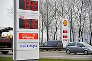 Nederland, Arnhem, 28-2-2011Door de onrust in de arabische wereld stijgt de olieprijs. De prijs voor benzine en diesel gaat naar recordhoogte.Foto: Flip Franssen/Hollandse Hoogte