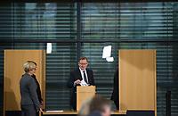 DEU, Deutschland, Germany, Erfurt, 05.12.2014:<br /> Der Fraktionsvorsitzende der Partei DIE LINKE in Thueringen, Bodo Ramelow, bei der Stimmabgabe (2. Wahlgang) am Tag seiner Wahl zum Ministerpraesidenten von Thueringen im Plenum des Landtags.