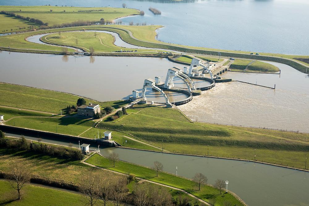 Nederland, Gelderland, Maurik, 11-02-2008; stuw in de rivier de Neder-Rijn, dient om waterpeil in de rivier te reguleren; de vizierschuif van de stuw is gesloten, hierdoor is er verschil in waterhoogte, dit verval wordt gebruikt om een waterkrachtturbine aan te drijven - de waterkrachtcentrale is het lage gebouw achter de stuw; de meanderende waterloop - met bocht, boven de stuw, is een vistrap (of vispassage) waardoor vissen de gesloten stuw stroomopwaarts kunnen passeren; de recreatieplas die hoort bij het Eiland van Maurik boven in beeld; neder rijn, watersport..luchtfoto (toeslag); aerial photo (additional fee required); .foto Siebe Swart / photo Siebe Swart