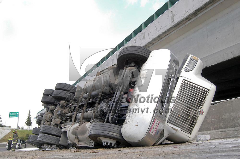 TOLUCA, Mexico.- Un trailer cargado con 35 toneladas de cal volco al salir de la curva del puente a desnivel de la avenida Alfredo del Mazo generando un severo caos vial durante mas de una hora en la zona, tiempo que duraron las maniobras de retirarlo; no se registraron personas lesionadas. Agencia MVT / Francisco C. Velasquez. (DIGITAL)