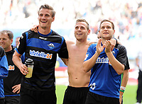 Fotball<br /> Tyskland<br /> 30.08.2014<br /> Foto: Witters/Digitalsport<br /> NORWAY ONLY<br /> <br /> Schlussjubel v.l. Stefan Kutschke, Marvin Bakalorz, Michael Heinloth (Paderborn)<br /> Fussball Bundesliga, Hamburger SV - SC Paderborn 07 0:3