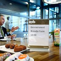 Nederland, Hoofddorp , 3 juni 2014.<br /> Voorzitter Raad van Bestuur Peter van Barneveld en medewerkers van het Spaarneziekenhuis samen tijdens de lunch voor een kennismakings gesprek.<br /> Foto:Jean-Pierre Jans
