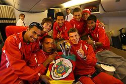 Os jogadores campeões do mundial Interclubes da FIFA comemoram com a Taça durante o voô de volta ao Brasil. FOTO: Jefferson Bernardes/Preview.com