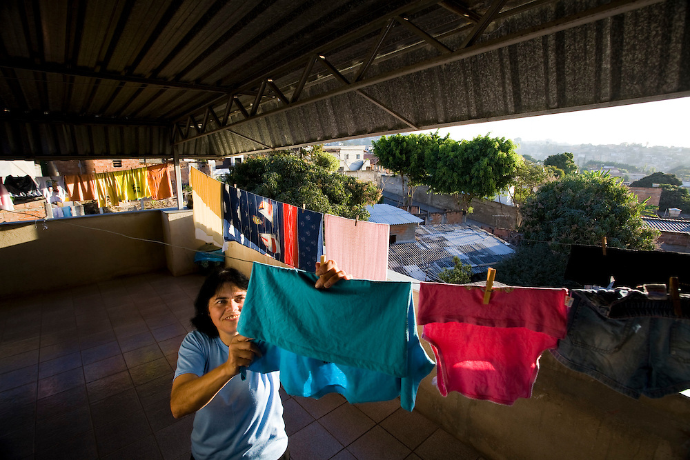 Belo Horizonte_MG, Brasil...Dona de casa colocando roupa no varal...A housewife putting clothes on clothesline...Foto: JOAO MARCOS ROSA /  NITRO