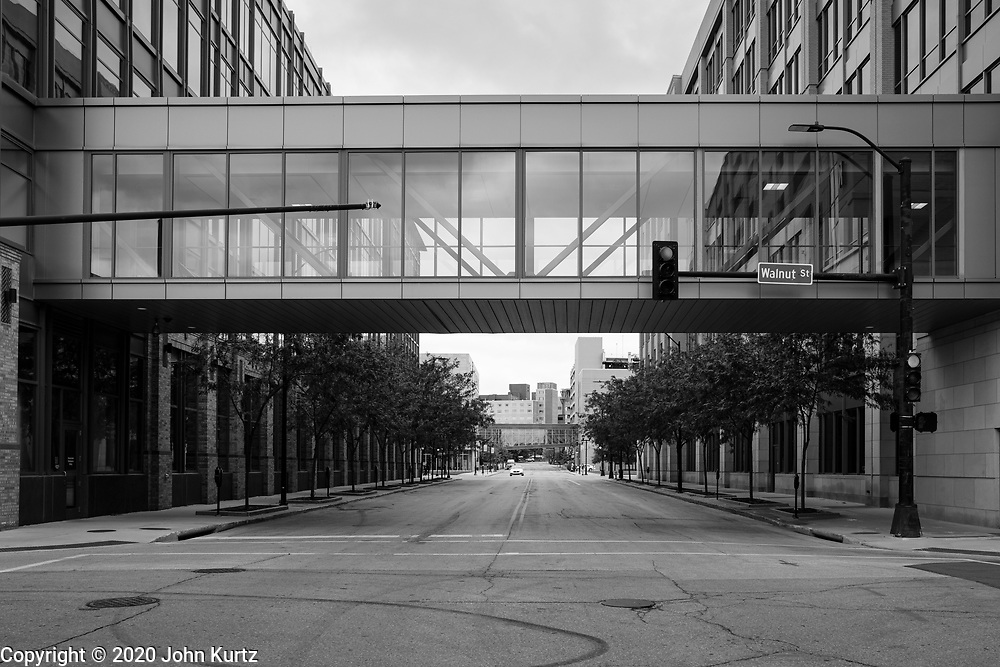 01 OCTOBER 2020 - DES MOINES, IOWA:  An empty street in downtown economy. The economy in downtown Des Moines is still feeling the affects of the COVID-19 shutdown ordered in March. Seven months after the shutdown, employers still have their workers working from home. Restaurants, barbershops, and retail are feeling the impact. Many have closed or cut back on workers and hours.       PHOTO BY JACK KURTZ