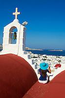 Grece, les Cyclades, Iles Egéennes, Ile de Mykonos, Ville de Chora, eglise rouge, vue sur la vieille ville, touriste // Greece, Cyclades, Mykonos island, Chora, Mykonos town, red church above tyhe old town, tourist