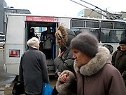 Nowosibirsk/Russische Foederation, RUS, 19.11.07: Bushaltestelle im Zentrum der sibirischen Hauptstadt Nowosibirsk. <br /> <br /> Novosibirsk/Russian Federation, RUS, 19.11.07: Bus stop in the center of the Siberian capital city Novosibirsk.