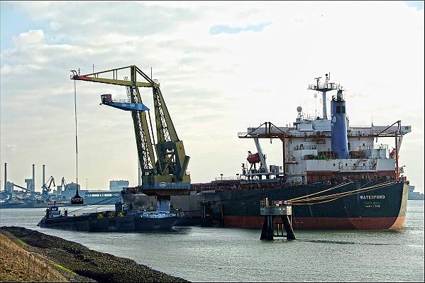 Nederland, IJmuiden, 26-2-2013Overslag van steenkool, kolen uit een bulkcarriervoor Tata Steel in de haven van IJmuiden. FOTO: FLIP FRANSSEN/ HOLLANDSE HOOGTE