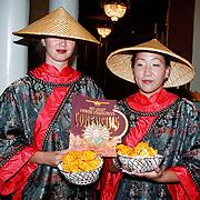 Premiere Groot Chinees Staatscircus Confucius, Chinese dames in klederdracht met het programma