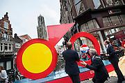 In Utrecht onthullen burgemeester Jan van Zanen (midden), wethouder Jeroen Kreijkamp (rechts) en ASO-directeur Christian Prudhomme een enorme fiets. De tourfiets is het beeldmerk van de start van de Tour de France in Utrecht in 2015. Met de onthulling wordt de eerste stap gezet naar de feestelijkheden van Le Tour Utrecht. De Grand Velo, zoals het beeld heet, is volledig van staal en is 6 meter breed, 1,20 meter diep en 3,50 meter hoog.