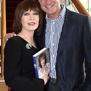 NLD/Amsterdam/20081001 - Lunchconcert musical Piaf Hotel, Liesbeth list ontvangt boek uit handen van Albert Verlinde
