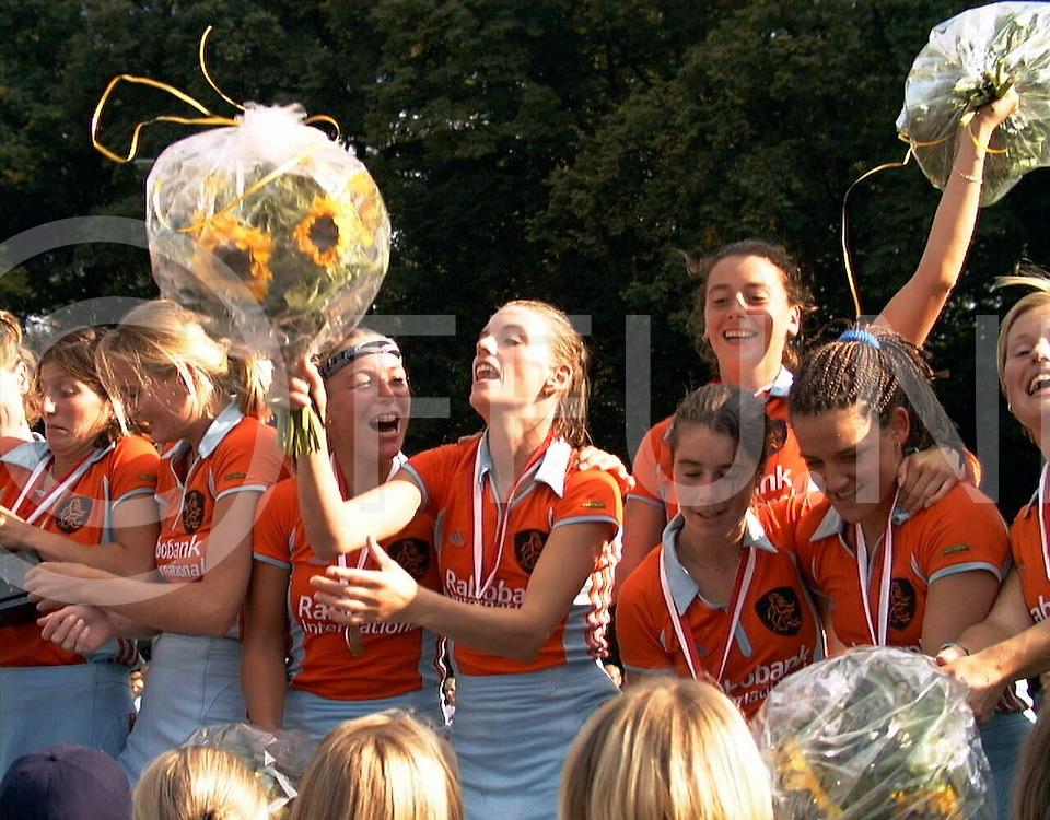 fotografie frank uijlenbroek@1999/frank uijlenbroek<br />990829 koln sport duitsland<br />ek dames hockey finale<br />duitsland-nederland<br /><br />de nederlandse dames werden Europees Kampioens en plaatsen zich daarmee rechtstreeks voor Sidney(Olympische Spelen)<br />op foto: feest v.l.n.r.: Julie Deiters, Myma Veenstra(weer beter), Margje Teeuwen, Mijntje Donners(maakster winnende goal) , Dillianne van den Boogaard(maakster eerste goal), daaronder Minke Smabers, Fleur van de Kieft en Minke booij.
