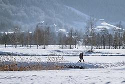 THEMENBILD - ein Paar beim spazieren gehen am Winterwanderweg, aufgenommen am 10. Januar 2021 in Zell am See, Oesterreich // a couple walking along the winter hiking trail in Zell am See, Austria on 2021/01/10. EXPA Pictures © 2021, PhotoCredit: EXPA/ JFK