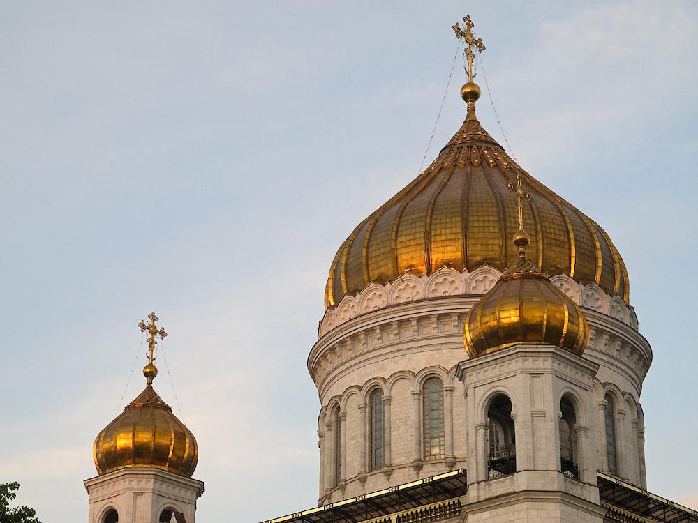 Die Christ-Erlöser-Kathedrale (Chram Christa Spasitelja) ist eine Kathedrale in der russischen Hauptstadt Moskau. Sie gilt als das zentrale Gotteshaus der Russisch-Orthodoxen Kirche und gehört mit 103 Metern zu den höchsten orthodoxen Sakralbauten weltweit. Die am linken Ufer der Moskwa westlich des Kremls stehende Kathedrale wurde ursprünglich 1883 erbaut, während der Stalin-Herrschaft 1931 zerstört und im Jahr 2000 originalgetreu wiedererrichtet.<br /> <br /> The Cathedral of Christ the Saviour is the tallest Eastern Orthodox Church in the world. It is situated in Moscow, on the bank of the Moskva River, a few blocks west of the Kremlin.