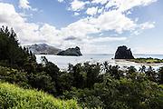 La baie de Hienghène avec les deux rochers aux formes animales, la Poule et le Sphinx - Nouvelle Calédonie - 2013