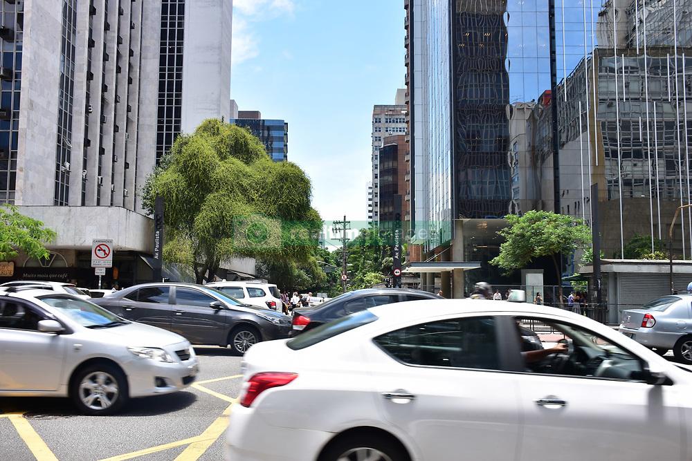 December 18, 2018 - SãO Paulo, Brazil - SÃO PAULO, SP - 18.12.2018: SEMÁFORO QUEBRADO AV. PAULISTA - Broken traffic light at the intersection of Avenida Paulista and Alameda Joaquim Eugênio de Lima, this Tuesday (18) (Credit Image: © Roberto Casimiro/Fotoarena via ZUMA Press)