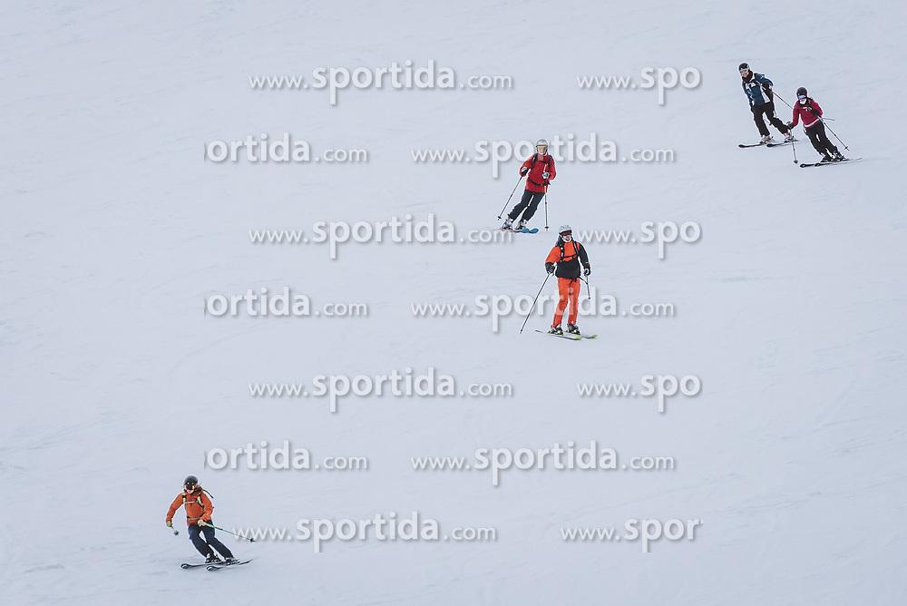 THEMENBILD - Skifahrer auf der Skipiste bei der Abfahrt am Maiskogel, aufgenommen am 06. Februar 2021 in Kaprun, Österreich // Skiers on the ski slope at the Maiskogel, Kaprun, Austria on 2021/02/06. EXPA Pictures © 2021, PhotoCredit: EXPA/ JFK