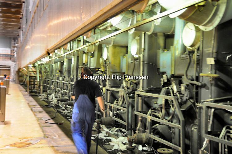 Nederland, Renkum, 7-4-2012 Productieproces bij de papierfabriek Parenco . De aanvoer van oud papier, grondstof voor de fabriek. Hout van bomen, wordt niet meer gebruikt . Foto: Flip Franssen