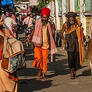 2016 10 14 Rishikesh Uttarakhand Indien<br /> Två heliga män promenerar i Ram Jhula<br /> <br /> ----<br /> FOTO : JOACHIM NYWALL KOD 0708840825_1<br /> COPYRIGHT JOACHIM NYWALL<br /> <br /> ***BETALBILD***<br /> Redovisas till <br /> NYWALL MEDIA AB<br /> Strandgatan 30<br /> 461 31 Trollhättan<br /> Prislista enl BLF , om inget annat avtalas.