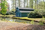 APELDOORN, 09-06-2021 , Kroondomein Het Loo<br /> <br /> Kroondomein Het Loo is een landgoed op de Veluwe, in de Nederlandse provincie Gelderland. Het is het grootste landgoed van Nederland en omvat ongeveer 10.400 hectare.<br /> <br /> Op de foto:  Botenhuis