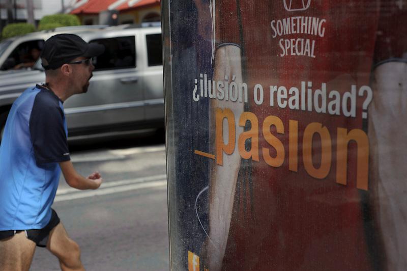 Maickel Melamed entrena por las calles de Caracas como preparacion para el Maraton de NY 2011.