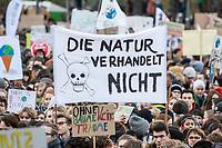 "29 NOV 2019, BERLIN/GERMANY:<br /> Demonstranten mit Transparent ""Die Natur verhandelt nicht"", Fridays for Future Demonstration fuer mehr Klimaschutz, vor dem Brandenburger Tor<br /> IMAGE: 20191129-01-014<br /> KEYWORDS: Streik, Klima, Demo, Demostrant"