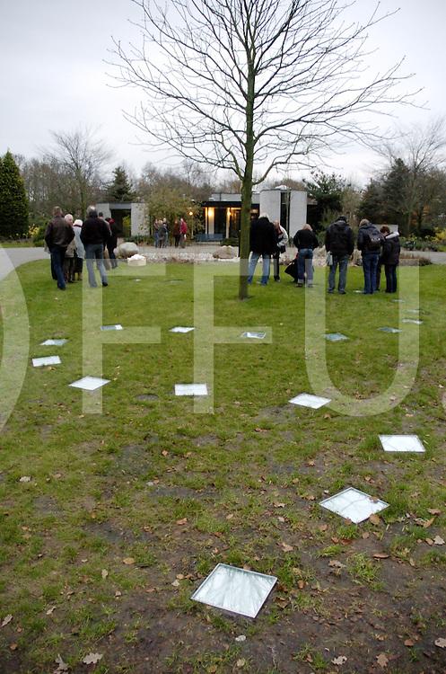 061201 dalfsen ned<br /> Onthulling kunstwerk Meander op begraafplaats Welsum in Dalfsen onder andere door wethouder Diny Laarman.<br /> fotografie frank uijlenbroek©2006 michiel van de velde