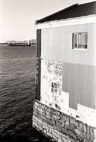 Båten Asian Carrier ligger i arrest på Valderøyfjorden etter å ha seilt fra regninger på 3 millioner kroner.<br /> Foto: Svein Ove Ekornesvåg