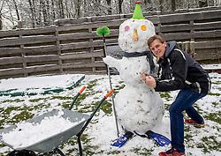 11-02-2017 NED: Sneeuwpret, Maarssen<br /> Eindelijk sneeuw dus sneeuwballen gevechten en sneeuwpop maken.