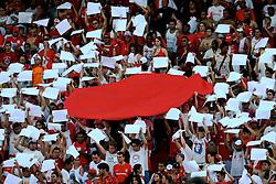 Torcida colorada monta a bandeira do Japão nas arquibancadas do estádio Beira Rio, em porto Alegre. FOTO: Jefferson Bernardes/Preview.com