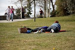 15.03.2011, Graz, AUT, Feature, im Bild ein Paerchen beim Picknick auf einer Wiese vor Spaziergaengern, EXPA Pictures © 2012, PhotoCredit: EXPA/ Erwin Scheriau