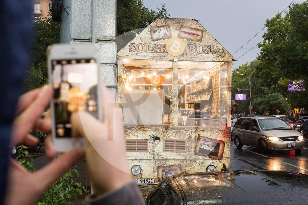 ARMENIEN - JEREWAN - Der Solar Bus ist ein Verkaufsort in dem Schalplatten mit Bitcoins gekauft werden können - 08. September 2019 © Raphael Hünerfauth - http://huenerfauth.ch