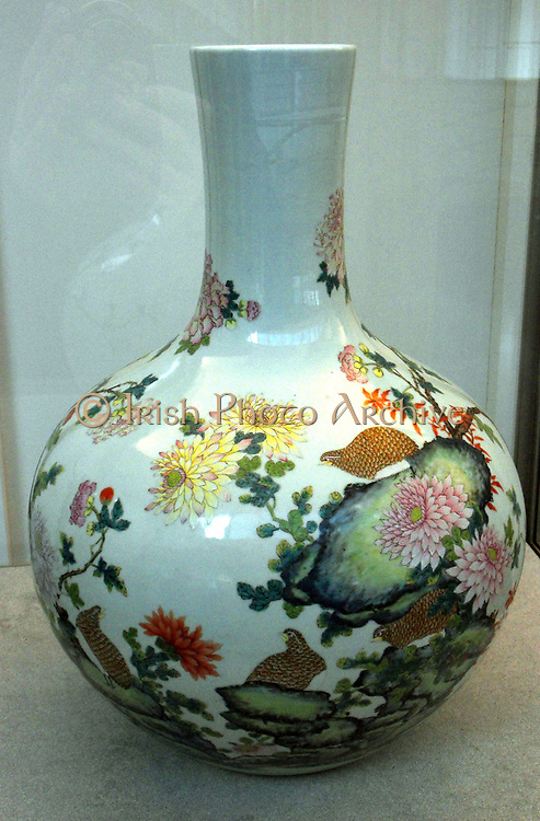 Vase bottle called a Tianqiuping. Chinese (Jiangzhi), Qing Dynasty porcelain. 1736-1795
