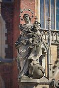 Figura Matki Boskiej z Dzieciątkiem przed głównym wejściem do Katedry św. Jana Chrzciciela. we Wrocławiu. Madonna ma wieniec z siedmiu gwiazd, a nogami depcze węża.