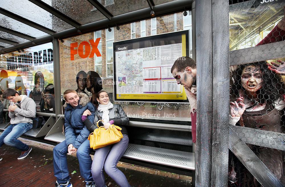 Nederland, Utrecht , 11 oktober 2014.<br /> De walkers uit de populaire serie 'The Walking Dead' komen in Utrecht tot leven naar aanleiding van de tv-premiere op FOX maandag om 22 uur. In de Potterstraat worden de zombies maandag tijdens de start van de serie vrijgelaten.<br /> ANP PRESSLINK **Foto en bijschrift vallen buiten verantwoordelijkheid van de Algemene Nieuwsdienst van het ANP. Foto is vrij van rechten en mag alleen redactioneel gebruikt worden in de context van het bijschrift.**<br /> Foto: Jean-Pierre Jans/ANPinOpdracht<br /> Foto:Jean-Pierre Jans