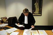 Nederland, Enschede.16-11-2004..Kantonrechter in het arrondisement Almelo bereidt zich voor op de zitting. Uitspraak rechter, justitie, rechterlijke macht, werkdruk, rechtspraak, toga, kleine criminaliteit, kort geding, arbeidsconflict, ontslagrecht, schikking...Foto alleen gebruiken bij serieuze artikelen mbt rechtspraak of zaken die onder kantonrechter vallen. ..Foto: Flip Franssen/Hollandse Hoogte