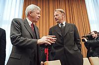 17 JAN 2001, BERLIN/GERMANY:<br /> Werner Mueller. Bundeswirtschaftsminister, und Juergen Trittin, Bundesumweltminister, im Gespraech, vor Beginn der Kabinettsitzung, Bundeskanzleramt<br /> IMAGE: 20010117-01/01-31<br /> KEYWORDS: Kabinett, Gespräch, Werner Müller, Jürgen Trittin