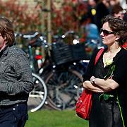 NLD/Huizen/20110402 - Uitvaart Floor van der Wal, Sanne Wallis de Vries en partner Jacko van 't Hof