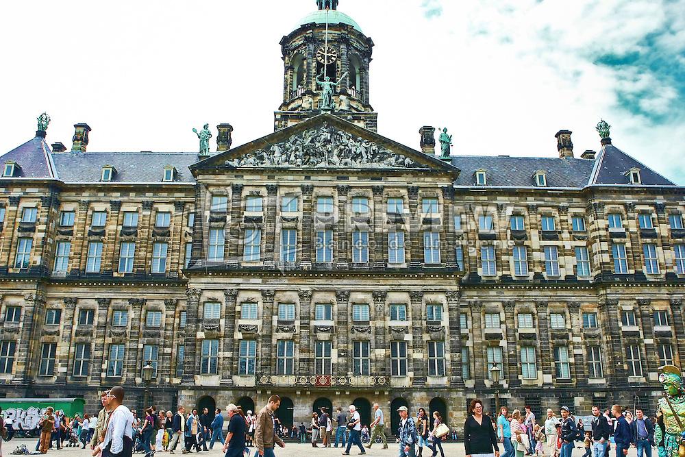 O Palácio Real em Amsterdã (Koninklijk Paleis te Amsterdã, em neerlandês) é um dos três palácios nos Países Baixos que estão à disposição da Rainha Beatriz. Situado na parte oeste da Praça Dam, no centro de Amsterdam, próximo à igreja Nieuwe Kerk.<br /> O palácio foi construído pelo arquiteto e artista Jacob van Campen, que tomou controle do projeto de construção em 1648, como a prefeitura da cidade de Amsterdam, e contém 13,659 colunas rijas. Foi aberto em 20 de Julho de 1655 por líderes da cidade. Os interiores, focados no poder e no prestígio de Amsterdam, foram concluídos depois, principalmente por Rembrandt e por Ferdinand Bol. FOTO: Jefferson Bernardes/Preview.com
