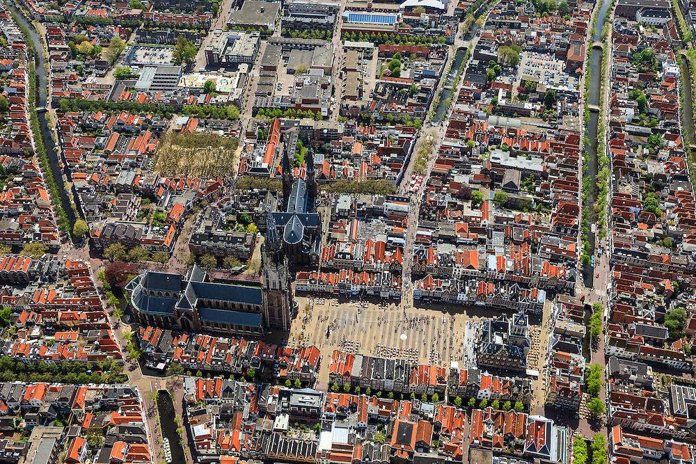 Nederland, Zuid-Holland, Delft, 09-05-2013; <br /> Historisch centrum van Delft zicht op de Markt met terrassen, de Nieuwe Kerk (l) , haaks erop de Maria van Jessekerk, en het stadhuis (r ),  gracht rechts is de Koornmarkt, midden in beeld is de Brabantse Turfmarkt achter de Nieuwe Kerk loopt het Oosteinde. <br /> Historic center of Delft with terraces overlooking the Market, the New Church (l) and Town Hall (r ).<br /> luchtfoto (toeslag op standard tarieven)<br /> aerial photo (additional fee required)<br /> copyright foto/photo Siebe Swart