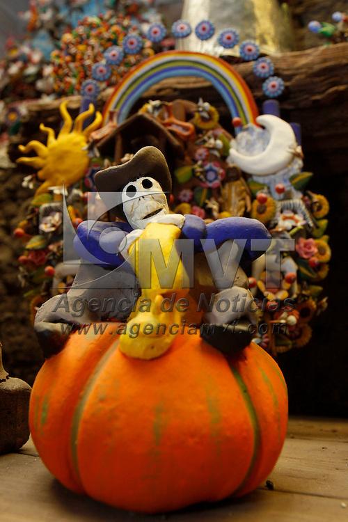 METEPEC, México.- Diversas figuras alusivas a la muerte se pueden encontrar en los talleres de alfarería de Metepec, cráneos, catrinas, arboles de la muerte, ofrendas son tan solo algunas de las piezas que se venden  para adornar los altares en el día de muertos. Agencia MVT / Crisanta Espinosa. (DIGITAL)