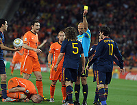Fotball<br /> VM 2010<br /> Finale<br /> Nederland / Holland v Spania<br /> 11.07.2010<br /> Foto: Fotosports/Digitalsport<br /> NORWAY ONLY<br /> <br /> Howard Webb books Spain's Carlos Puyol