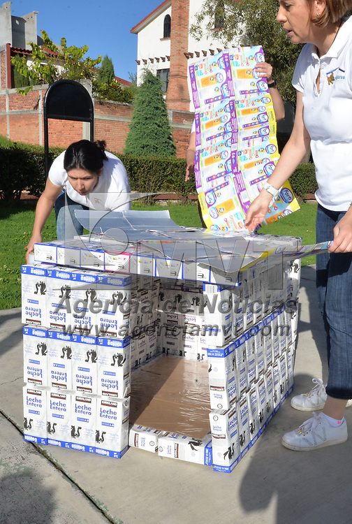TOLUCA, México.- (Octubre 04, 2018).- Luz Elena, Liliana y Ana Fernanda impulsaron la construcción de casas para perros en situación de calle a partir del reciclaje de cajas de tetrapack de leche, su proyecto se llama Tetradogares. Agencia MVT / Crisanta Espinosa.