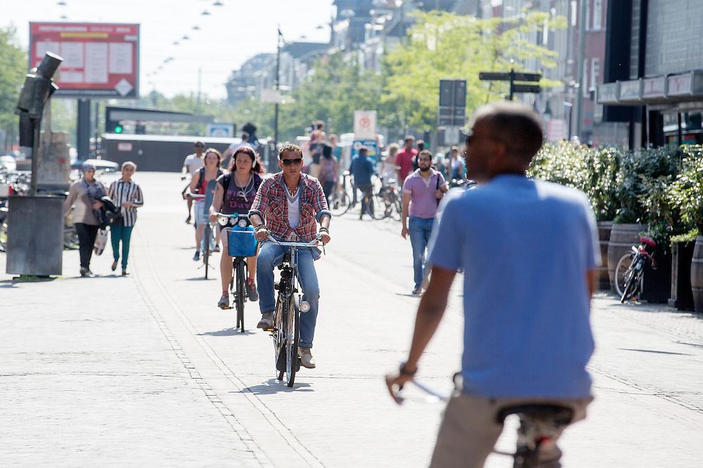Nederland, Den Haag, 08-06-2014<br /> In Den Haag fietsen mensen door de Grote Marktstraat, een belangrijke winkelstraat. Alleen fietsers en voetgangers mogen hier komen. <br /> <br /> In The Hague people cycle at the Grote Markstraat. Only bicycles and pedestrians are allowed in this street.