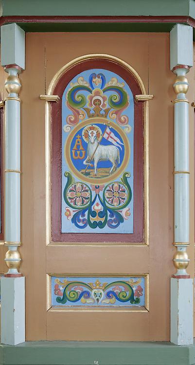 Maleri preikestol, forfra, midtseksjon. Preikestolen fotografert i Indre Herøy Kirke.