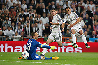 Real Madrid's James Rodriguez and Chicharito and Atletico del Madrid´s Oblak during quarterfinal second leg Champions League soccer match at Santiago Bernabeu stadium in Madrid, Spain. April 22, 2015. (ALTERPHOTOS/Victor Blanco)