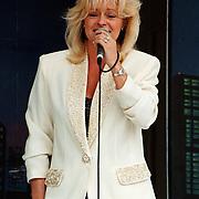 Koninginnedag 1996 Huizen, optreden Corrie Konings