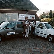 Auto verslaggevers Huizer Courant met reclame voor de drukkerij, Joyce van der Hoef en Bonnie Kriek