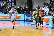 DESCRIZIONE : Campionato 2013/14 Dinamo Banco di Sardegna Sassari - Montepaschi Siena<br /> GIOCATORE : Taylor Rochestie<br /> CATEGORIA : Palleggio Contropiede<br /> SQUADRA : Montepaschi Siena<br /> EVENTO : LegaBasket Serie A Beko 2013/2014<br /> GARA : Dinamo Banco di Sardegna Sassari - Montepaschi Siena<br /> DATA : 22/12/2013<br /> SPORT : Pallacanestro <br /> AUTORE : Agenzia Ciamillo-Castoria / Luigi Canu<br /> Galleria : LegaBasket Serie A Beko 2013/2014<br /> Fotonotizia : Campionato 2013/14 Dinamo Banco di Sardegna Sassari - Montepaschi Siena<br /> Predefinita :