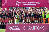 ANTWERPEN -  Marijke Fleuren  (EHF) met Eva de Goede met de beker.  De finale  dames  Nederland-Duitsland  (2-0) bij het Europees kampioenschap hockey.    COPYRIGHT  KOEN SUYK